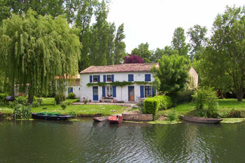 Green Venice cottage on the banks of the Sevre Niortaise River